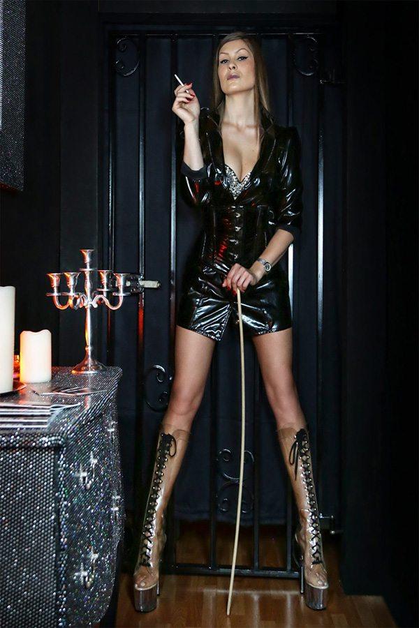 Lady Diana Elegance - Domina im BDSM- & Dominastudio Kinky